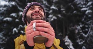 Счастливый как турист ребенка восхитите полностью красоту снежного портрета крупного плана леса, держа чашку утюга с горячим напи сток-видео