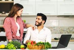 Счастливый кашевар пар с компьтер-книжкой Стоковая Фотография RF