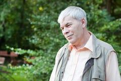Счастливый красивейший пожилой человек в парке Стоковые Изображения RF