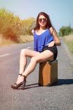 Счастливый красивый путешественник с чемоданом на дороге, заминка девушки Стоковые Изображения