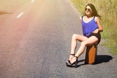 Счастливый красивый путешественник с чемоданом на дороге, заминка девушки Стоковая Фотография