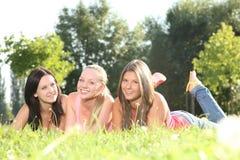 Счастливый лежать девушок напольный Стоковые Фотографии RF
