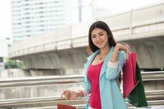 Счастливый магазин девушки в городе с много сумок стоковое фото