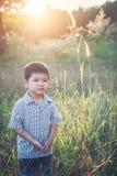 Счастливый маленький азиатский мальчик играя outdoors насладитесь жизнью Милый азиат стоковые фото
