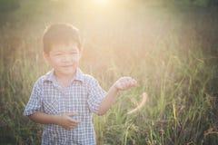 Счастливый маленький азиатский мальчик играя outdoors насладитесь жизнью Милый азиат стоковые изображения rf