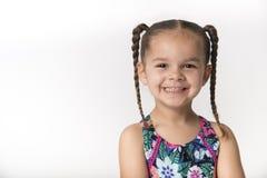 Счастливый маленький ребенок в зацветенных sundress стоковые фотографии rf
