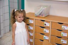 Счастливый маленький ребенок, прелестная белокурая девушка малыша, имеющ потеху играя с частями мозаики собирая sitt изображения  Стоковые Фото