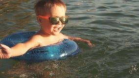 Счастливый мальчик брызгая в море, замедленное движение акции видеоматериалы