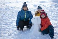 Счастливый мальчик в игре снега и дне улыбки солнечном outdoors стоковые изображения rf