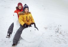 Счастливый мальчик в игре снега и дне улыбки солнечном outdoors стоковое изображение