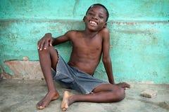 Счастливый мальчик в трущобе в Аккра, Гане стоковое фото rf