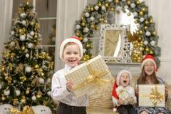Счастливый мальчик держит подарок рождества Стоковое Изображение