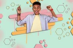 Счастливый мальчик мулата чувствуя весьма жизнерадостный после выигрывать приз в Онлайн-игре стоковое изображение rf