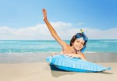 Счастливый мальчик на каникулах моря около воды в маске акваланга Стоковое фото RF