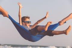 Счастливый мальчик ослабляя на пляже на времени дня Стоковые Изображения RF