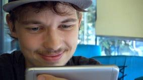 Счастливый мальчик подростка используя smartphone на современной кофейне, он ch стоковые фотографии rf