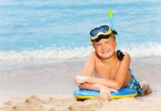 Счастливый мальчик с маской акваланга и доска для плавать Стоковое Фото