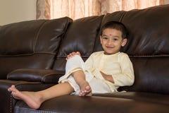 Счастливый мальчик с традиционным южным индийским платьем Стоковые Изображения