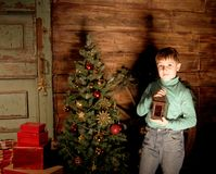 Счастливый мальчик украшает рождественскую елку Стоковое фото RF