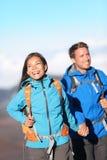 Счастливый межрасовый hiking пар стоковое изображение rf