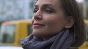 Счастливый милый женский регулируя шарф, красота и женственность, городской образ жизни сток-видео