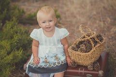 Счастливый милый ребёнок при светлые волосы и голубые глазы нося платье ретро старого стиля фасонистое белое представляя усмехать Стоковое Изображение