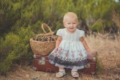 Счастливый милый ребёнок при светлые волосы и голубые глазы нося платье ретро старого стиля фасонистое белое представляя усмехать Стоковые Фотографии RF