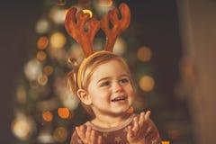 Счастливый младенец на Рожденственской ночи стоковые изображения
