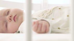 Счастливый младенец сон на кровати стоковые фото