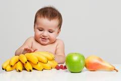 Счастливый младенец с плодоовощами Стоковые Изображения