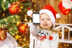 Счастливый мобильный телефон игры ребёнка santa Стоковое фото RF