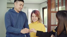Счастливый молодой азиатский агент пар и риэлтора E