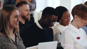 Счастливый молодой африканский мужской менеджер говоря в аудитории семинара Многонациональные бизнесмены на современном конференц видеоматериал
