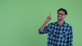 Счастливый молодой африканский человек хипстера указывая вверх и давая большие пальцы руки вверх видеоматериал