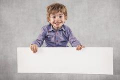 Счастливый молодой безработный бизнесмен, держа бумагу с космосом для стоковые изображения rf