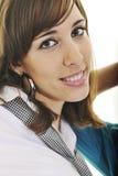 Счастливый молодой девочка-подросток изолированный на белизне стоковые изображения