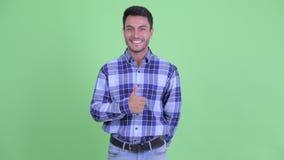 Счастливый молодой красивый испанский человек давая большие пальцы руки вверх видеоматериал
