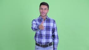 Счастливый молодой красивый испанский человек давая рукопожатие сток-видео