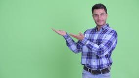 Счастливый молодой красивый испанский человек показывая что-то акции видеоматериалы