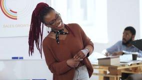 Счастливый молодой случайный африканский босс женщины на встреча eyeglasses ведущая, беседуя к коллегам на современном светлом оф видеоматериал