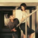 Счастливый молодой человек и женщина flirting в офисе стоковое фото rf