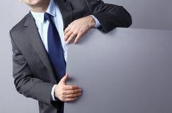Счастливый молодой человек показывая и показывая плакат готовый для ваших текста или продукта Стоковые Изображения RF