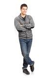 Счастливый молодой человек полагаясь против стены Стоковая Фотография RF
