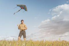Счастливый мужчина наслаждаясь его отдыхом на природе Стоковое Фото