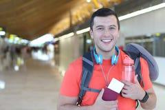 Счастливый мужчина около, который нужно лететь за морем стоковое фото rf
