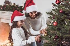 Счастливый Новый Год! Девушка и мама стоковое фото rf