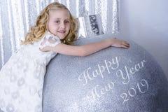 Счастливый Новый Год 2019 написанный на серебряных сияющих шариках стоковое изображение rf