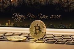 Счастливый Новый Год 2018 с предпосылкой фейерверков Новый Год 2018 торжества Закройте вверх по предпосылке валюты золотой монетк Стоковое Фото