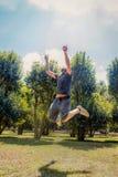 Счастливый образ жизни, предпосылка природы, скачка к небу стоковое фото rf