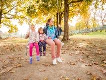 Счастливый отбрасывать семьи внешний Стоковые Фото